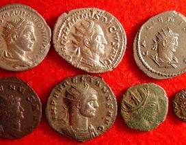 """""""Ăn may"""" đào được kho báu hơn 3.000 đồng xu từ thế kỷ 4"""