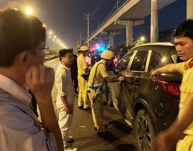 """Bị xử phạt nồng độ cồn, tài xế và nhiều người trên ô tô """"quậy"""" CSGT"""