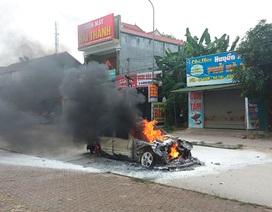 Ô tô bốc cháy dữ dội, tài xế mở cửa chạy thoát thân
