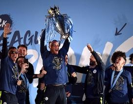 Man City đưa cúp vô địch về ăn mừng tại Etihad trong đêm