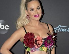 Katy Perry diện áo hoa lấp ló ngực đầy