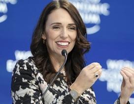"""Phản ứng hài hước của Thủ tướng New Zealand khi được bé gái 11 tuổi """"hối lộ"""""""
