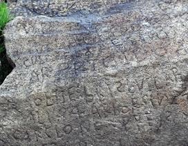 Bí ẩn mật mã 230 năm tuổi được khắc trên một tảng đá ở Pháp