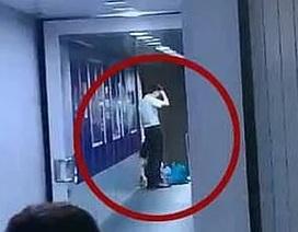 Hành khách Trung Quốc chặn cửa máy bay để chờ con gái mua sắm