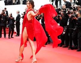 Alessandra Ambrosio diện váy đỏ xẻ táo bạo