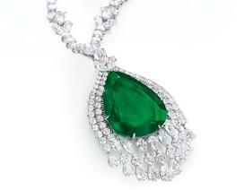 Vẻ đẹp của chiếc vòng cổ kim cương mặt ngọc lục bảo có giá 98 tỷ đồng