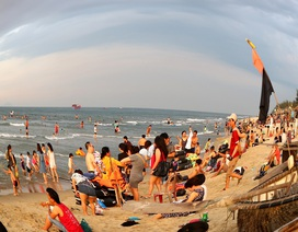 """Nắng nóng, người dân và du khách đổ xô đi tắm biển """"hạ hỏa"""""""