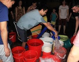 Hàng trăm cư dân chung cư Hà Nội hì hục đi xách nước trong đêm