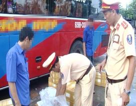 Bạc Liêu: Phát hiện xe khách vận chuyển hàng trăm kg tôm nghi chứa tạp chất