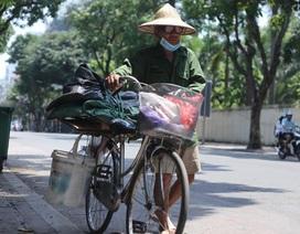 """Người lao động vật vã trong cái nóng như """"rang"""" của Hà Nội"""