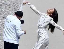 Leonardo DiCaprio say sưa chụp ảnh cho bạn gái trẻ