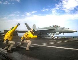 Cận cảnh dàn tàu chiến, máy bay Mỹ phô diễn sức mạnh gần Iran