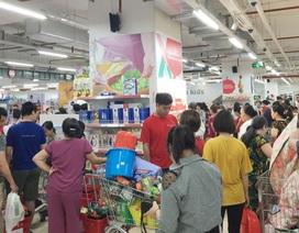 'Vỡ trận' bán tháo: Dân đổ xô tranh nhau vét sạch kệ siêu thị