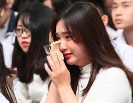 Giọt nước mắt học trò tuôn rơi ngày chia xa mái trường dấu yêu...
