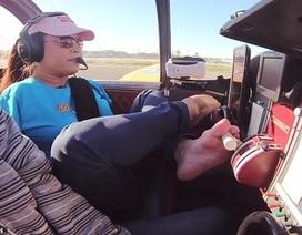 Cô gái không tay trở thành nữ phi công đầu tiên lái máy bay bằng chân