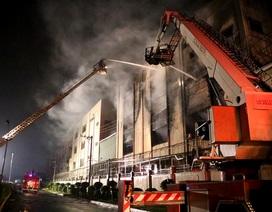 """8 giờ đương đầu với """"giặc lửa"""" trong vụ cháy kinh hoàng tại KCN Việt Hương"""