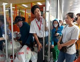 """Auchan bị """"oanh tạc"""" ngày thanh lý: Nhiều khách hàng bị chặn từ cửa"""