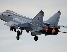 """""""Sát thủ đánh chặn"""" MiG-31 của Nga bay vượt độ cao Armstrong"""