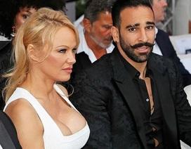 Pamela Anderson khoe ngực khủng bên bạn trai kém 18 tuổi