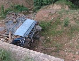 Xe tải lao xuống suối, 2 người tử vong