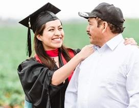 """Cô gái chụp ảnh tốt nghiệp với bố mẹ nông dân trên đồng """"gây sốt"""""""