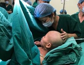 Bà mẹ ung thư giai đoạn cuối tỉnh lại, rơi nước mắt khi nhìn thấy ảnh con