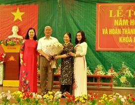Gia đình Chủ tịch Hội Khuyến học tỉnh Thanh Hóa tặng 20 triệu đồng cho Trường Tiểu học Đông Vệ 2