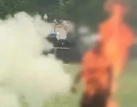 Khoảnh khắc người đàn ông châm lửa tự thiêu bên ngoài Nhà Trắng