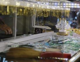 Vào tiệm đánh tráo vàng giả lấy vàng thật