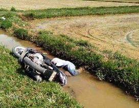Nam thanh niên nằm chết dưới mương nước cạnh xe máy