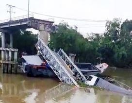 Cầu bê tông gãy đôi, xe tải 20 tấn rơi xuống lòng sông