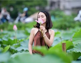 Thiếu nữ Hà Thành thả dáng bên đầm sen hồ Tây