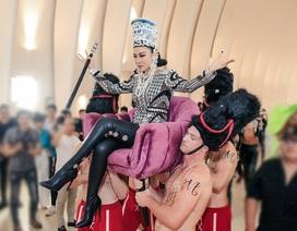 Thu Minh được 4 chàng trai khiêng kiệu trên thảm đỏ khi trở lại showbiz