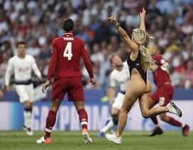 Nữ cổ động viên vào sân làm loạn trận chung kết Champions League