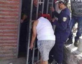 Người phụ nữ kẹt đầu vào cửa nhà hàng xóm suốt 5 giờ đồng hồ