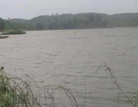 Chơi gần hồ nước, 2 trẻ nhỏ chết đuối thương tâm