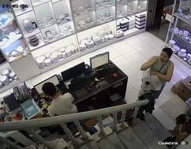 """Hà Nội: Người phụ nữ """"diễn kịch"""", trộm tiền ở cửa hàng gốm sứ"""