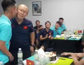 Hồng Duy hôn thầy Park, bị đồng đội chơi khăm ngày sinh nhật