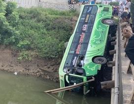 Tạm giam tài xế xe khách lao xuống sông khiến 2 người chết