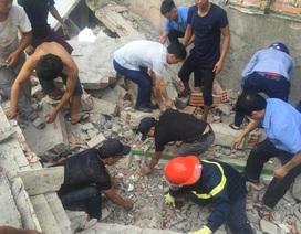 Ngôi nhà đang sửa bất ngờ đổ sập, nghi có người bị vùi lấp