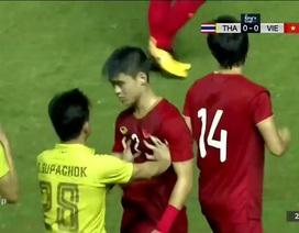 Duy Mạnh phạm lỗi với Supachok, Văn Toàn nhận thẻ vàng oan