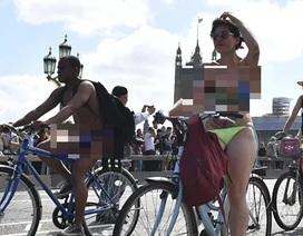 Hàng nghìn người Anh đồng loạt khỏa thân xuống đường đạp xe