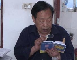 Cụ ông 85 tuổi soi kính lúp học bài, quyết tâm thi Gaokao để vào đại học