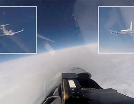 Khoảnh khắc Su-27 Nga chặn máy bay do thám Mỹ áp sát biên giới