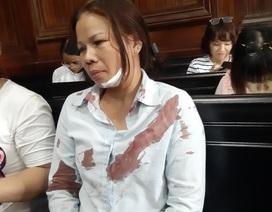 Người nhà bị hại đánh vợ bị cáo ngay tại tòa