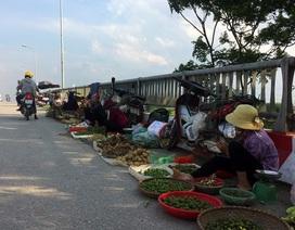 Hà Nội: Cầu tỉnh lộ thành nơi họp chợ, phơi thóc