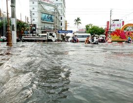 Đường phố Bạc Liêu biến thành sông sau trận mưa lớn