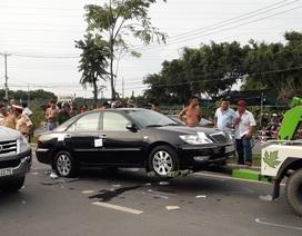 Cả tuyến đường náo loạn do nhóm giang hồ vây công an trong xe ô tô