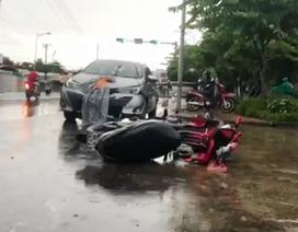 Ô tô 4 chỗ tông 2 xe máy, 2 người bị thương nặng