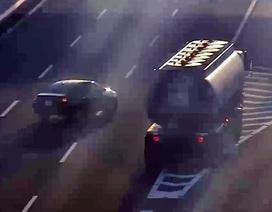 Xe con đi lùi trên đường cao tốc suýt bị xe bồn chở xăng đâm trúng